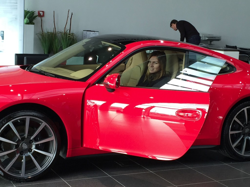 porsche-gives-simona-halep-a-red-porsche-911-carrera-4_7